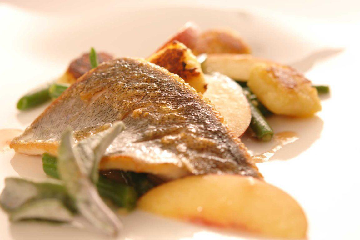 Forellenfilet Mit Pfirsich-Bohnen, Gnocchi Und Quittendressing