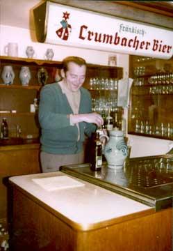 Reinhold Katzenmeier beim Bier zapfen