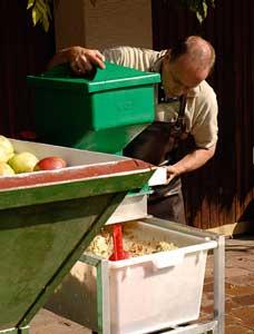 Beim Äpfel Keltern